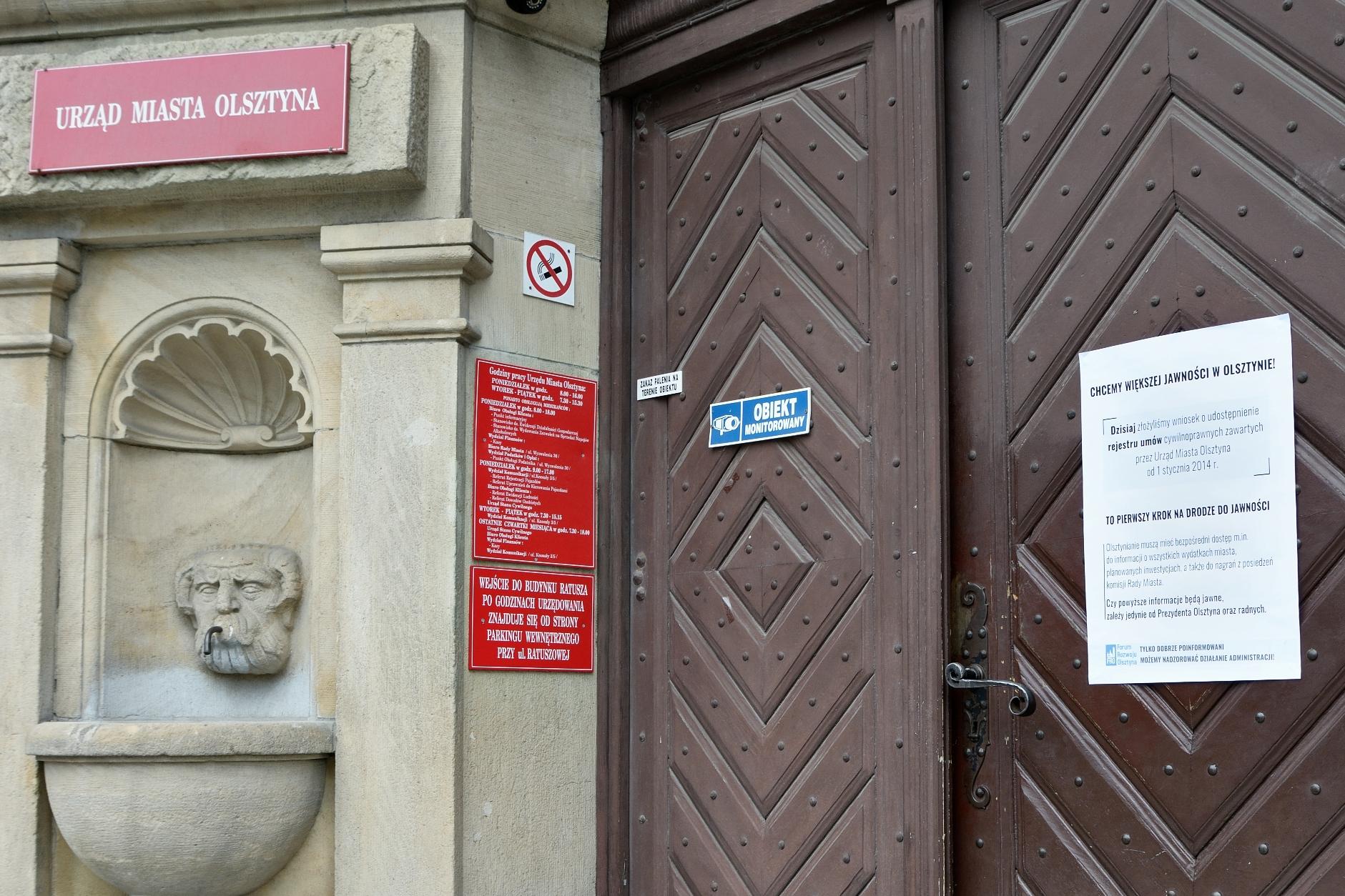 Plakat na drzwiach wejściowych olsztyńskiego ratusza